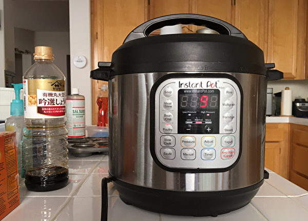 """加拿大华裔移民研发的""""快煲电压力锅""""(Instant Pot)在亚马逊热卖。图为一华裔家庭里的该品牌电压力锅。摄于2017年11月26日。(杨婕 / 大纪元)"""