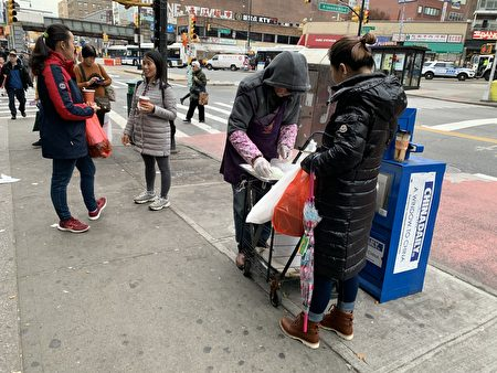 法拉盛街頭無牌佔道經營的現象屢見不鮮。