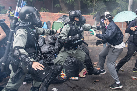 图为港警暴力镇压学生。