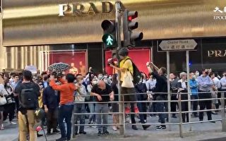 11月25日,港人在中環發起「和你Lunch stand for polyU」活動。(大紀元視頻截圖)