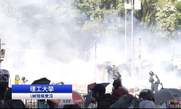 11月17日上午至中午,在香港理工大學,防暴警察瘋狂發射多輪催淚彈。(大紀元視頻截圖)