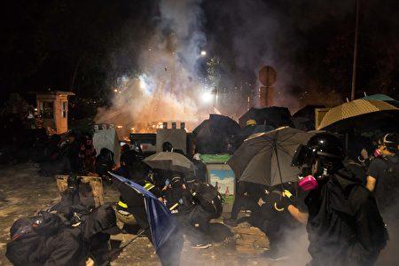 11月12日晚上,港警闯入香港中文大学校园,连续4小时不间断、密集发射催泪弹及橡胶弹,令校园宛如战场。