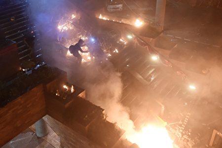 防暴警攻入理大校园,理大平台成火海。