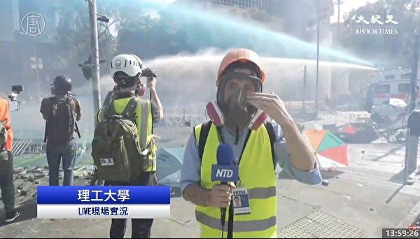 11月17日下午,防暴警察出動兩架水炮車、一架裝甲車清場。(大紀元視頻截圖)