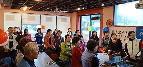 圖:國立空中大學加拿大專班的楓情讀書會舉辦第二次會員大會,同學們互相鼓勵、互相協助,以學習為終身伴侶其樂無窮。(梁玉燕校長提供)