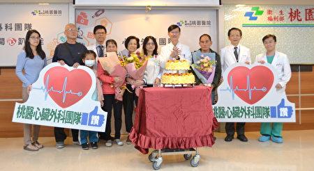 桃园医院副院长陈瑞昌(中)与心脏外科团队与康复病患合影。