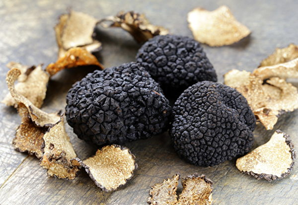 expensive rare black truffle mushroom - gourmet vegetable(Fotolia)