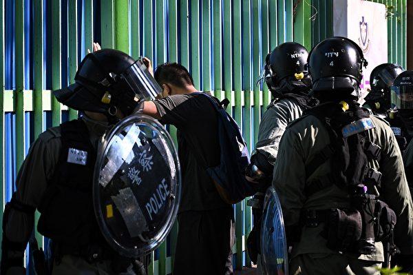 11月10日,香港警方在屯門抓捕抗議者。(PHILIP FONG/AFP via Getty Images)