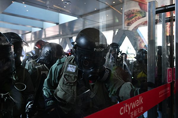 11月10日,香港警方在荃灣荃新天地驅趕民眾。(ANTHONY WALLACE/AFP via Getty Images)