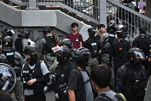 11月10日,防暴警察在屯門抓捕民眾。(PHILIP FONG/AFP via Getty Images)
