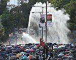 11月17日下午,警察在香港理工大學,瘋狂發射水炮車、催淚彈,同時出動裝甲車。(PHILIP FONG/AFP via Getty Images)