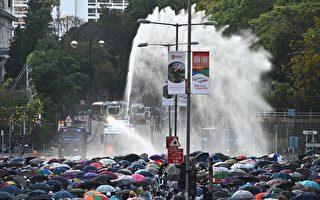11月17日下午,警察在香港理工大学,疯狂发射水炮车、催泪弹,同时出动装甲车。(PHILIP FONG/AFP via Getty Images)