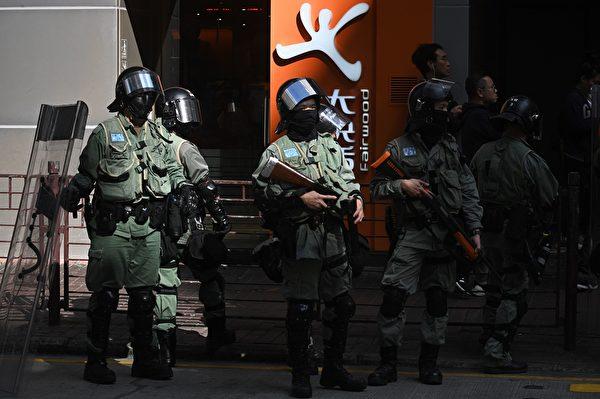 """2019年11月29日,港人再发起""""和你lunch""""活动。图为长沙湾现场,防暴警察在场戒备。(PHILIP FONG/AFP via Getty Images)"""