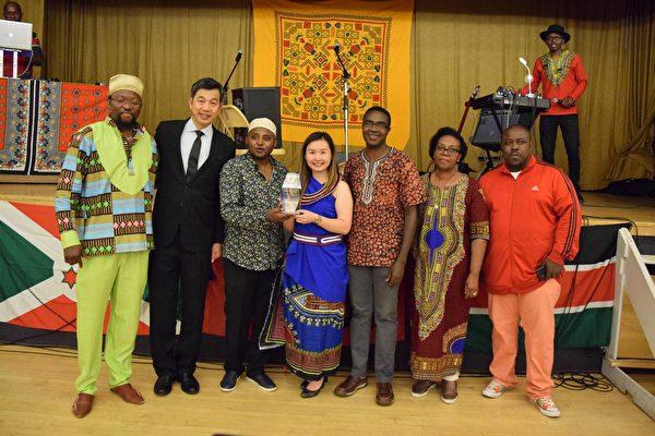 圖:省議員康安禮因爲對多元文化作出的貢獻,最近獲贈榮譽斯瓦希里姐妹的頭銜,鼓勵她的努力付出。(李寧提供)