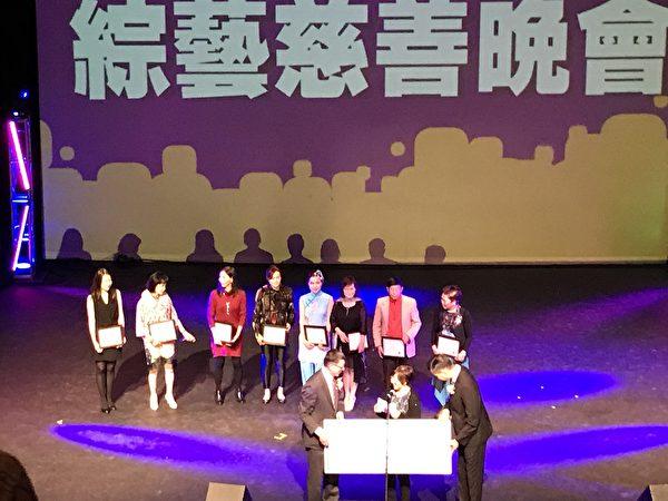 圖:全加中華總會館舉辦了一場綜藝慈善晚會,以曼妙歌舞慶祝雙十國慶節。(邱晨/大紀元)