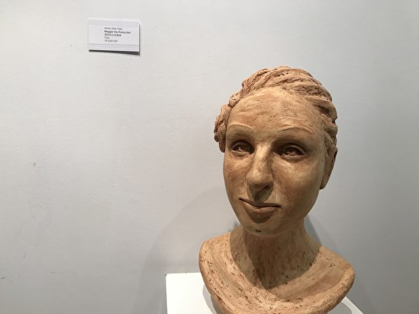 圖:加拿大臺灣藝術家蔡霞芬的雕塑與繪畫展「人 · 物」正在展出,11月7日開幕式上名人雅士高朋滿座。(邱晨/大紀元)