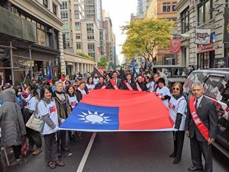 黃埔四海同心會等多個中華民國退伍軍人團體參加紐約市 「退伍軍人節」遊行, 中華民國國旗在曼哈頓飄揚。