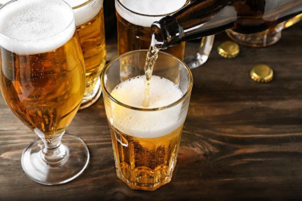 """脂肪肝分为两大类,一类是饮酒引起的""""酒精性脂肪肝"""",约9成长期酗酒者都有脂肪肝问题。(Shutterstock)"""