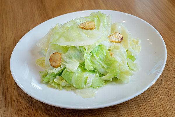 用高麗菜減肥的方法是,每日三餐前先吃1/6顆高麗菜,並花時間仔細咀嚼。(Shutterstock)