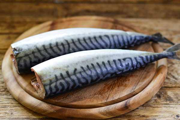 研究显示,每周吃2到3份鱼和贝类,罹患大肠直肠癌的概率降低。(Shutterstock)