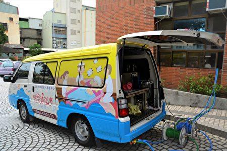 源自日本泡汤文化的到宅沐浴车,透过组合式沐浴设备,再搭配三人一组的专业人员,就能协助失能长者进行全身沐浴和泡澡服务。