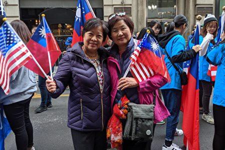 中華民國軍人子女表示,參加遊行覺得很光榮。圖為兩位嘉賓合影,左起:黃奇璘、李春珍。