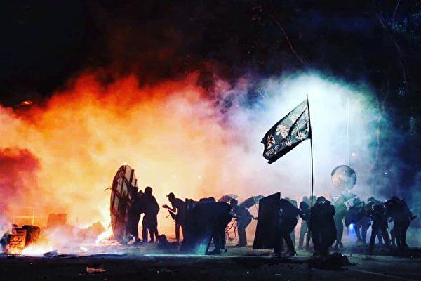 警闯中大狂轰滥捕 港人与学生并肩作战