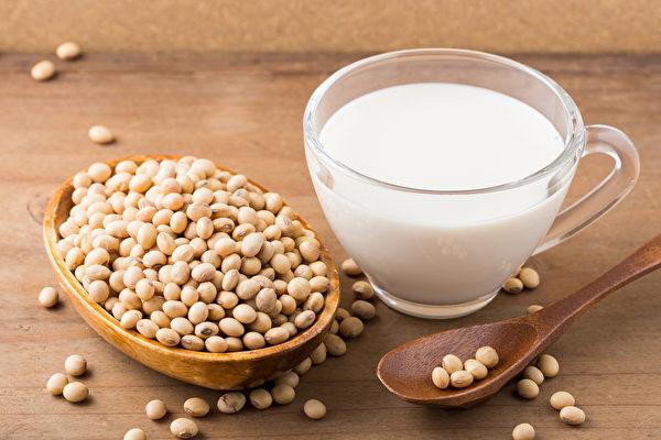 中医师推荐2种豆浆作法,帮你改善更年期症状。(Shutterstock)