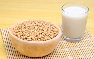 豆漿含大豆皂苷、異黃酮、卵磷脂等成分,保健價值比牛奶更佳。(Shutterstock)