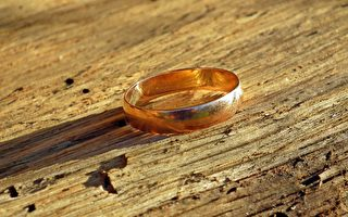 結婚戒指丟失40年重見天日 水管工無償尋寶終成功