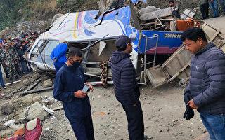 尼泊尔大巴冲出高速路 造成14死18伤