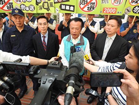 嘉義縣長翁章梁(右2)接受媒體聯訪,宣示查賄決心。