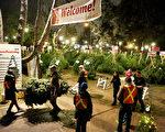 非營利機構利亞阿姨之家在溫哥華格蘭維爾(Granville)夾54街的聖誕樹賣場今年是25年周年慶,該機構一直致力於為大溫地區需要幫助的孩子和母親提供服務。