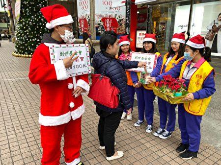 新興高中志工社國貿科一年級同學走上街頭義賣聖誕樹,號召各界一起寒冬送愛心。