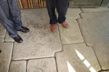 在民宿門口,每一塊石板都不一樣大小及形狀,使用材質獨特的水泥用模子灌出來的,都具有透水性,精心打造的。