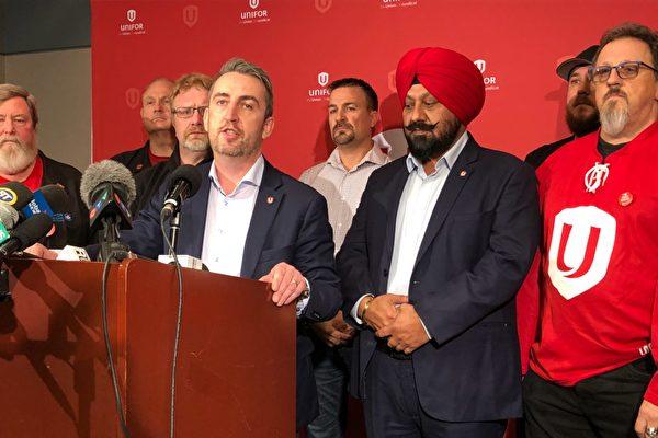 工會Unifor將於本週四就勞資雙方達成的臨時協議進行表決。圖為Unifor西部地區總監Gavin McGarrigle(前排右三)在11月20日舉行的新聞發布會上發言。