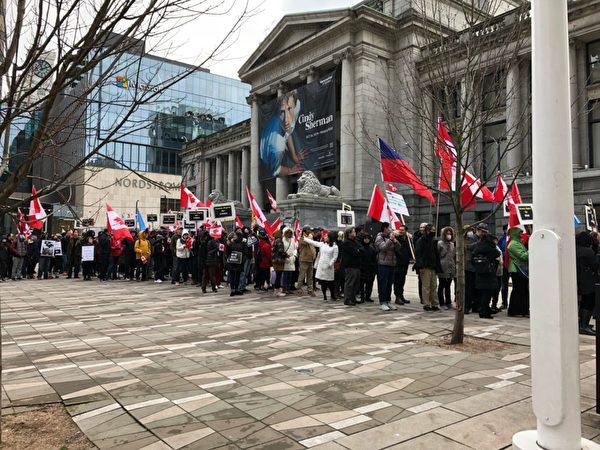 民衆在集會後遊行,呼籲人們共同捍衛人類的基本權利。