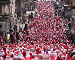 组图:苏格兰圣诞老人慈善路跑 欢乐庆佳节