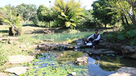五柳園休閒農場負責人蔡總在五柳園休閒農場生態池留影。