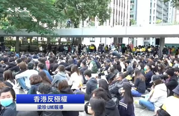 12月2日下午,香港广告界人士在遮打花园举行集会,并开始罢工5天,向港府施压要求回应五大诉求。(大纪元视频截图)