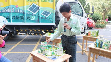 学务主任谢圣雅指导学生以绿能城市立体作品呈现绿能概念,进行全年级分组实作,并连续三年获得全市第一名。六年丙班谢柏宇同学说明绿能立体作品。