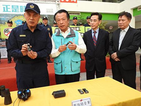 嘉義縣警察局長廖宗山(左1)在「查賄制暴」誓師大會中,向與會來賓介紹查賄選作業中所需使用的作業器材。
