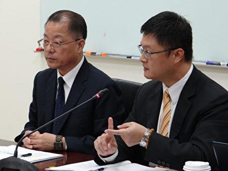 刑事局长陈明昭(左)表示,刑事局以重大刑案通缉犯为主要追缉对象,若发务部愿意提供贪污通缉者资料,刑事局也愿意查捕。