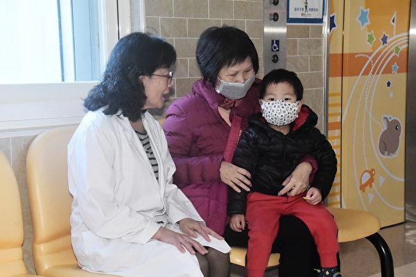 谈到自己救治过的孩子,许琼心眼里总是闪烁着光芒。图为许琼心和她的小病患。(黄宗茂/大纪元)