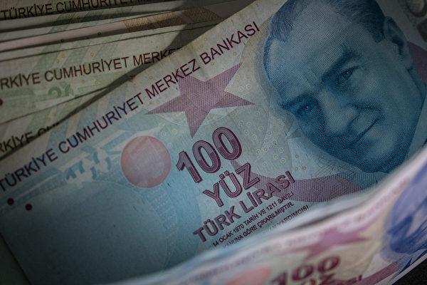 土耳其「羅賓漢」到處送錢 替窮人付清債務
