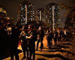12月12日晚上,仍有大批市民排隊悼念周梓樂。(ANTHONY WALLACE/AFP via Getty Images)