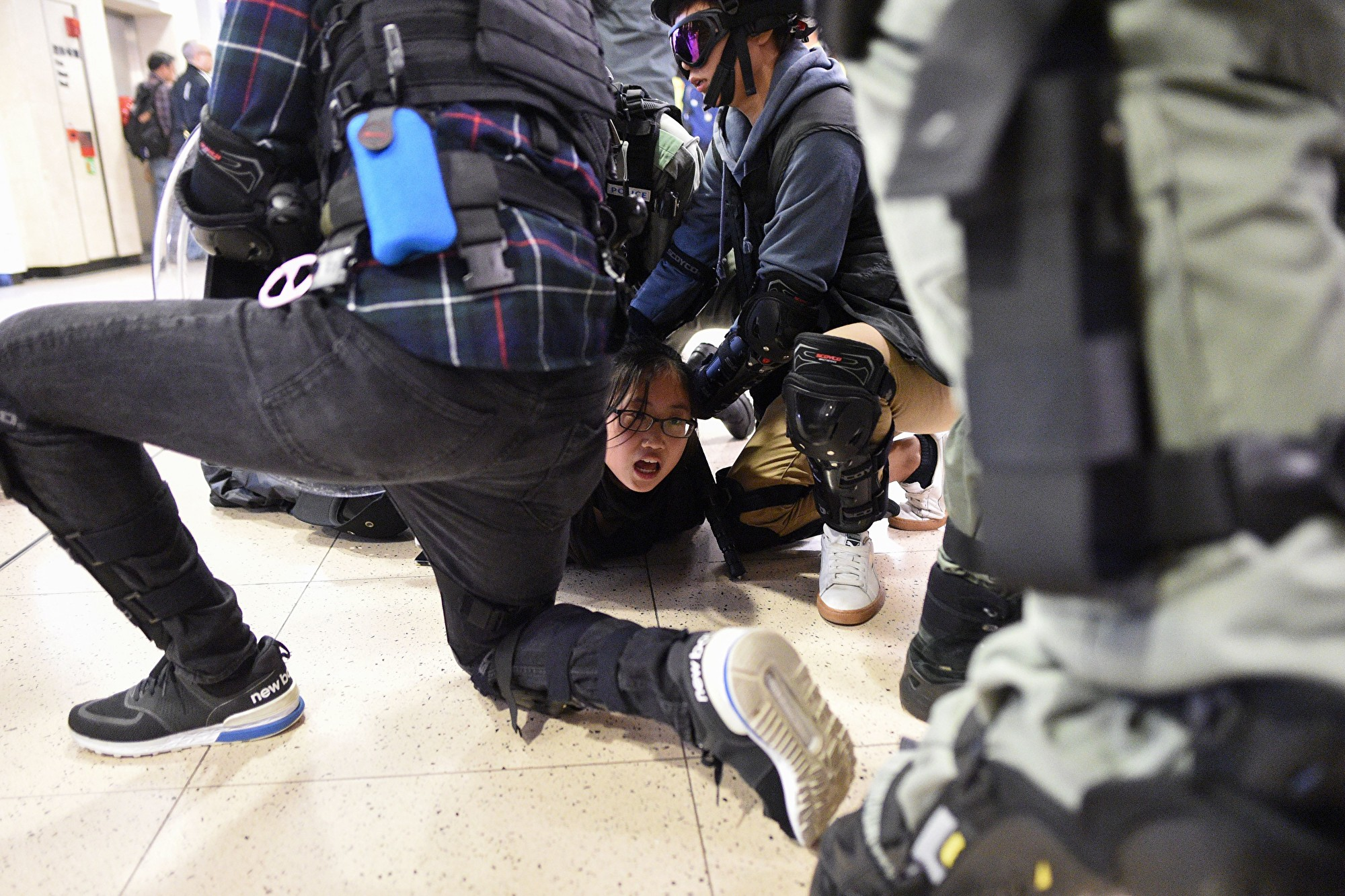 組圖:沙田商場防暴警察抓捕多人 噴胡椒噴霧