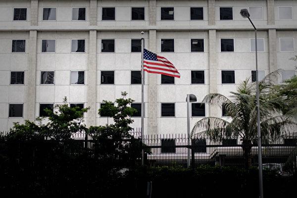 亲共人士在美驻港领事馆外抗议 引网民抨击