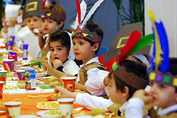 美5岁女童义卖饼干 帮123名学童缴午餐费用