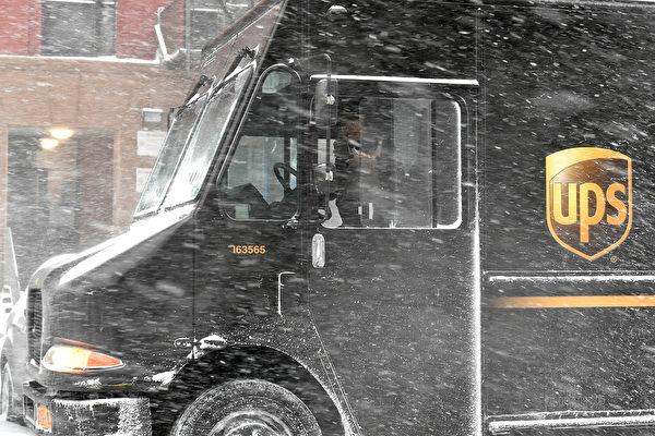 UPS司機超敬業 趴在滑冰上奮力送貨到府